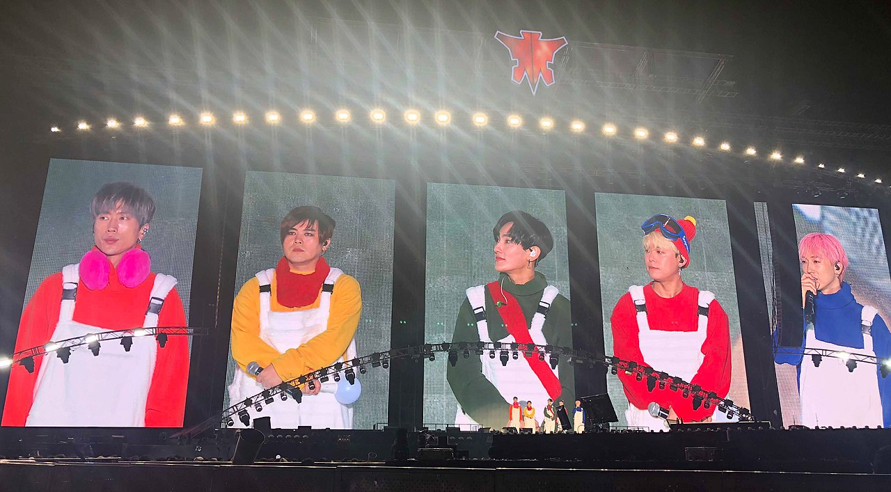 1280px-H.O.T._reunion_concert_at_Seoul_Olympic_Stadium_(Oct_13,_2018)