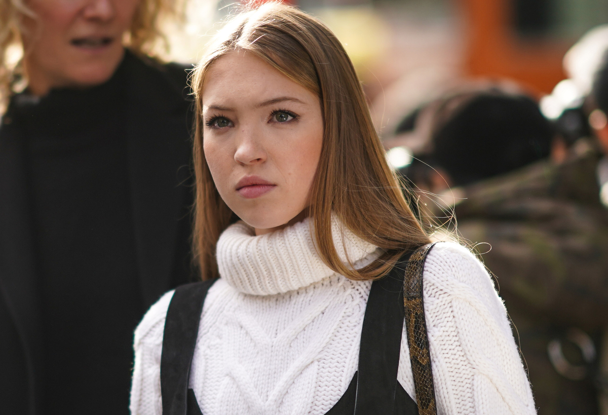 Lila Moss, daughter of Kate Moss, wears a white wool knitted turtleneck.