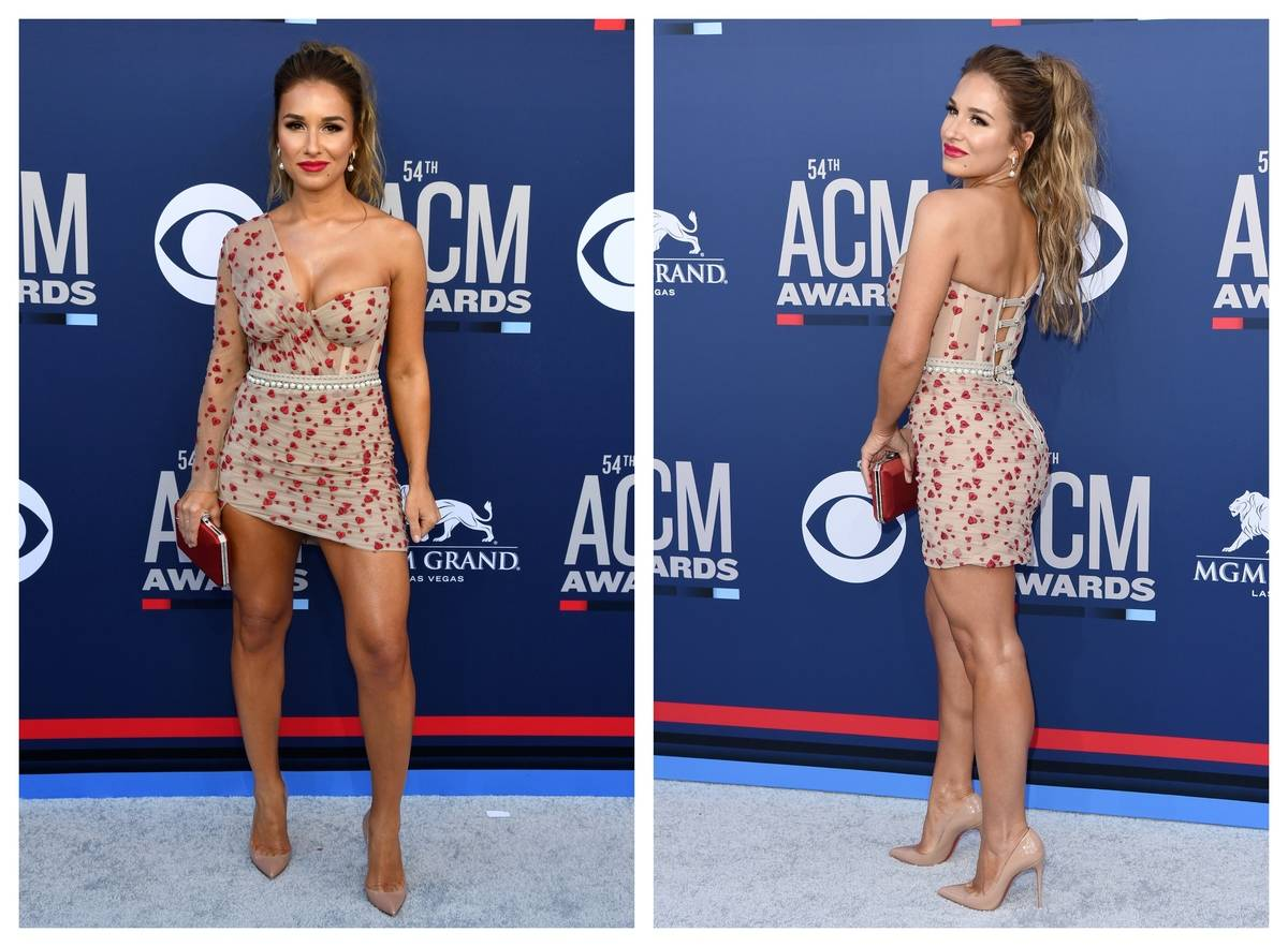 Jessie James Decker appears on the red carpet of the ACM 2019 awards.